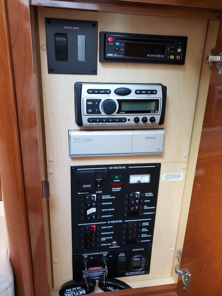 Photo 39 of 40 - 2008 Sea Ray 310 Sundancer for sale