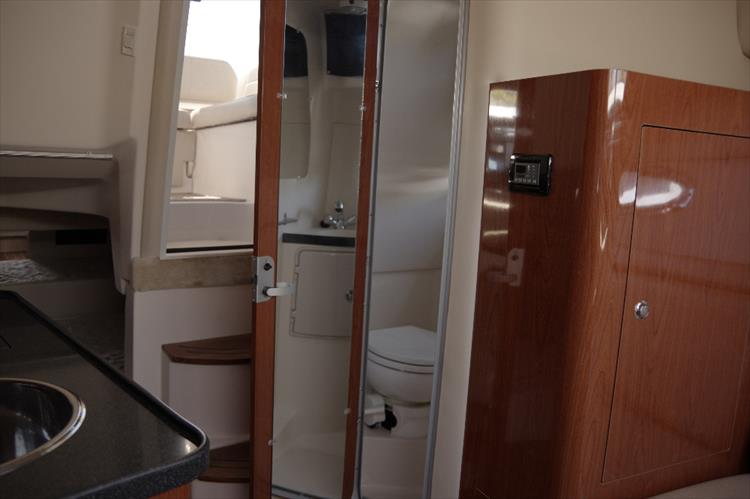 Photo 30 of 40 - 2010 Regal 2860 Window Express for sale