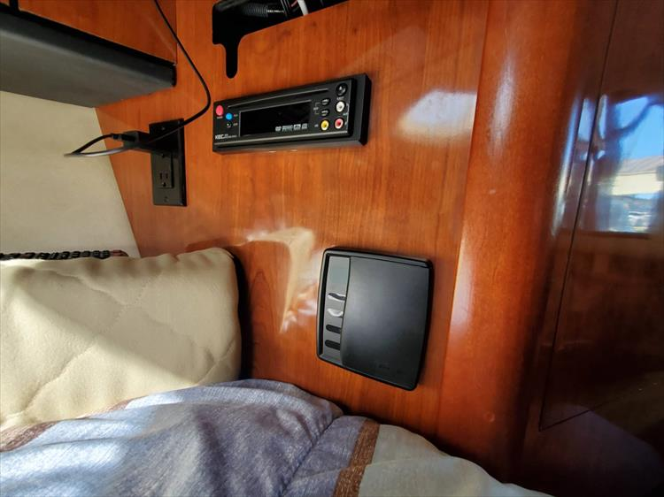 Photo 22 of 36 - 2007 Sea Ray 310 Sundancer for sale