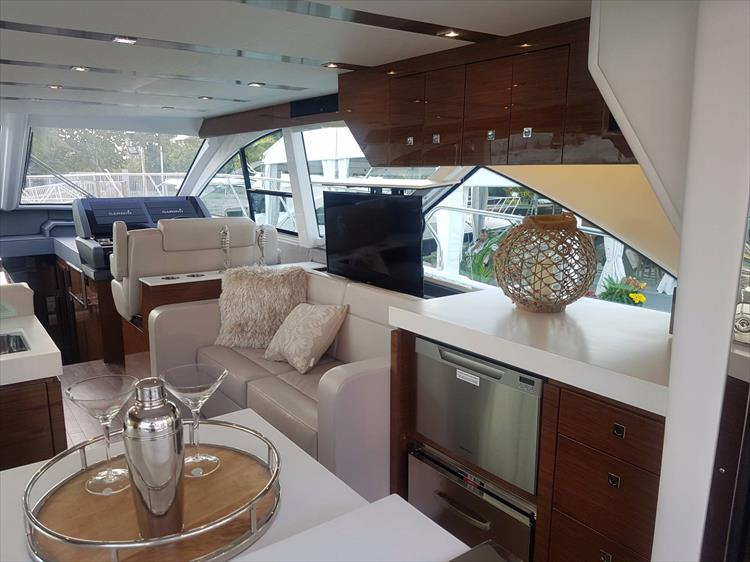 Photo 8 of 44 - 2020 Cruisers Yachts 54 Cantius FLY for sale