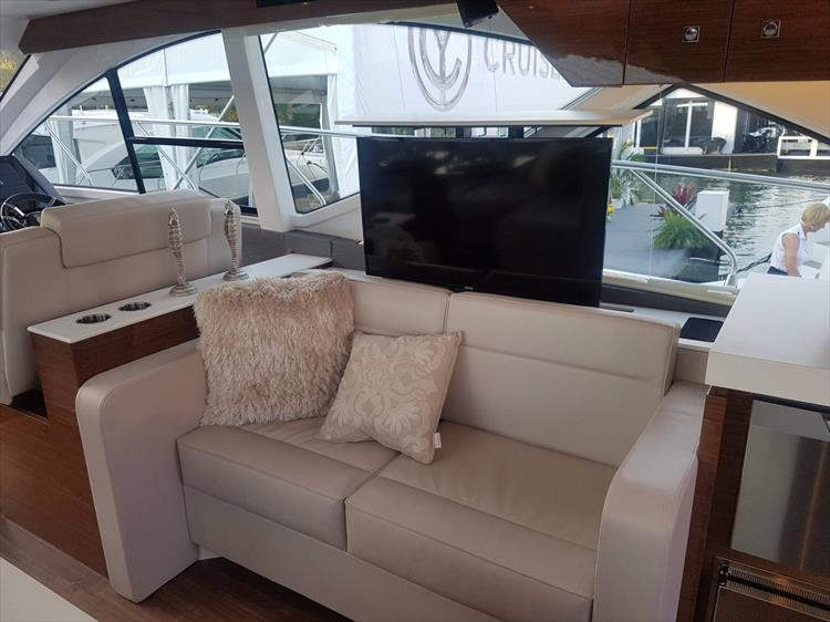 Photo 12 of 44 - 2020 Cruisers Yachts 54 Cantius FLY for sale