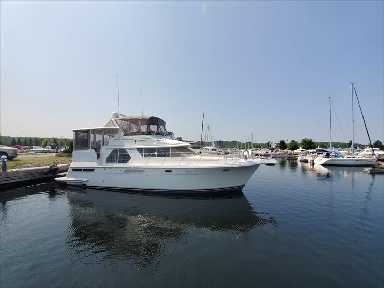 Photo 1 of 70 - 1997 Carver 445 Aft Cabin Motor Yacht for sale