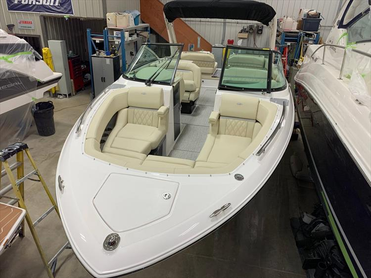 Photo 11 of 13 - 2019 Regal 2800 Bowrider for sale