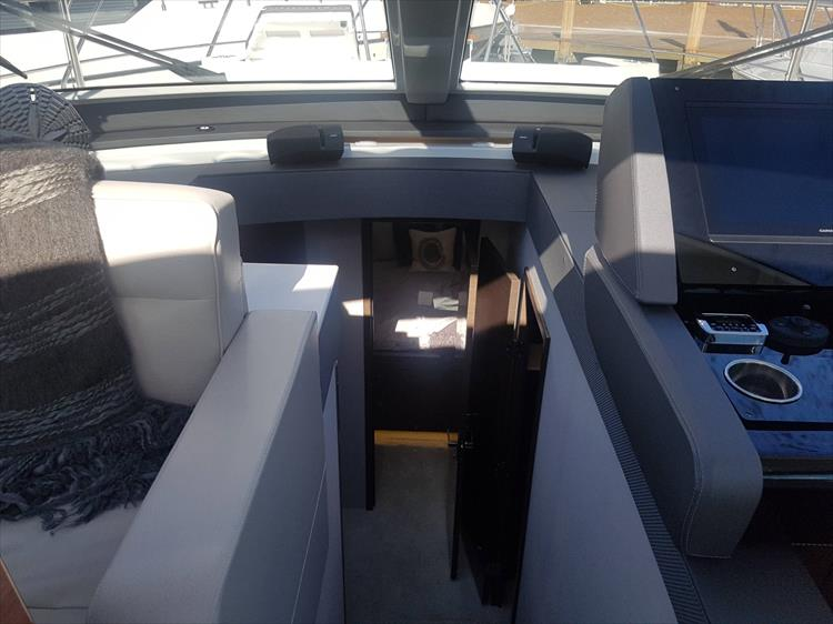 Photo 12 of 40 - 2021 Cruisers Yachts 50 Cantius for sale